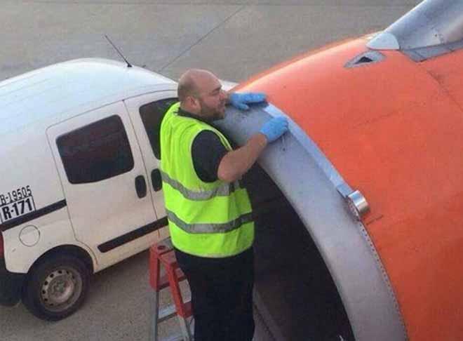 Uznemirujuća scena popravke aviona pred poletanje