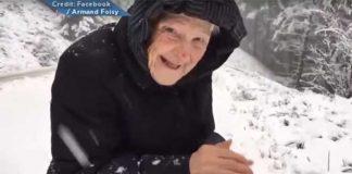 SNIMAK KOJI ĆE VAS RAZNEŽITI: Pogledajte kako se STOGODIŠNJA baka raduje snegu