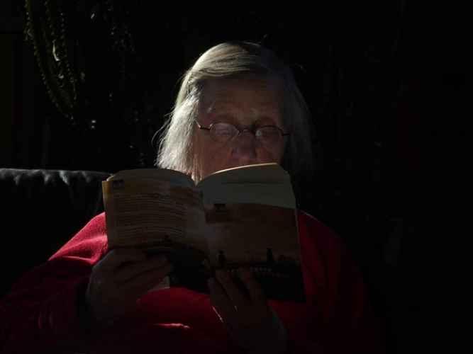 BAKICA (80) DROGIRALA LJUDE, PA IH PLJAČKALA: Žrtve pronalazila preko ljubavnih oglasa