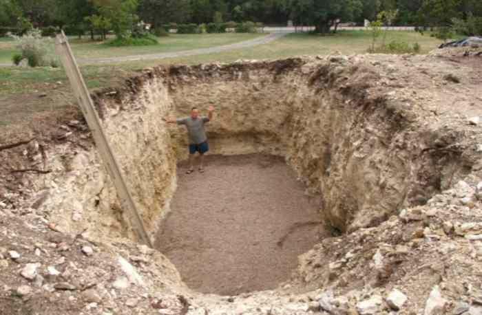 iskopao ogromnu rupu u dvorištu