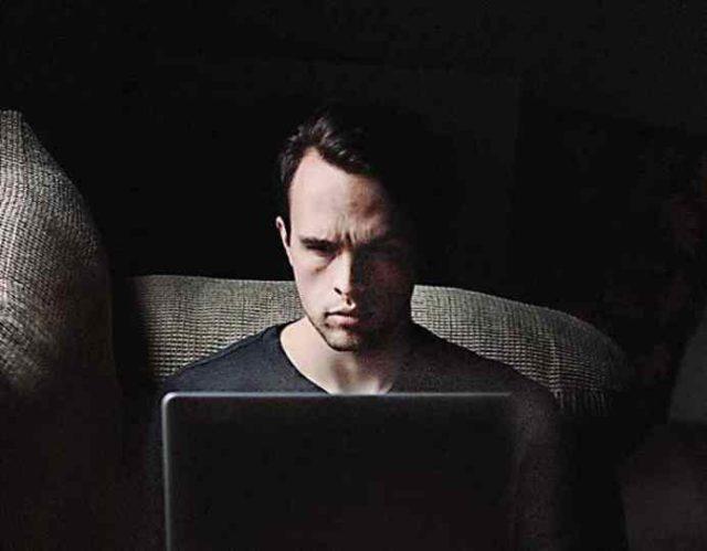 O OVOME RAZMIŠLJA DOK TI GLEDA PROFIL: 9 mračnih misli koje ima onaj ko te uhodi na Facebook-u
