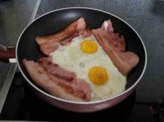 AKO ŽELIŠ DA SMRŠAŠ: Nutricionisti preporučuju SLANINU I JAJA za doručak!