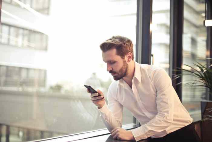 Dopisivanje je klizav teren: 9 pouzdanih znakova da te on laže preko poruka